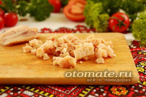 куриное мясо нарезать кубиками