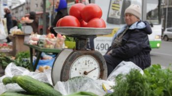 томаты на весах