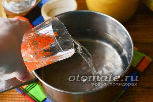 налить воду в кастрюлю
