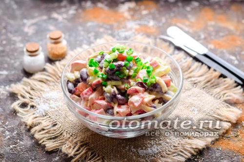 салат с фасолью и крабовыми палочками готов