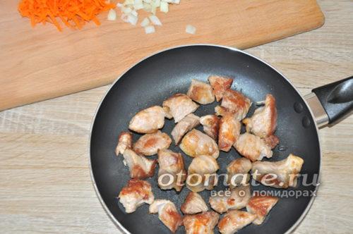 обжарить кусочки мяса