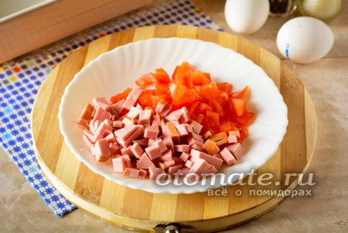 нарезать колбасу и томаты