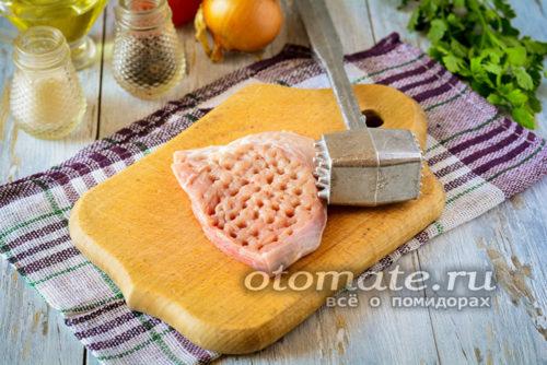 кусочки мяса отбить молоточком