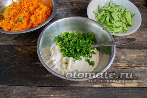 смешать сметану и зеленый лук