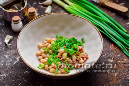 добавить к рыбе фасоль и зеленый лук