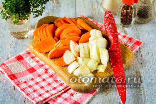 крупно нарезать лук и морковь