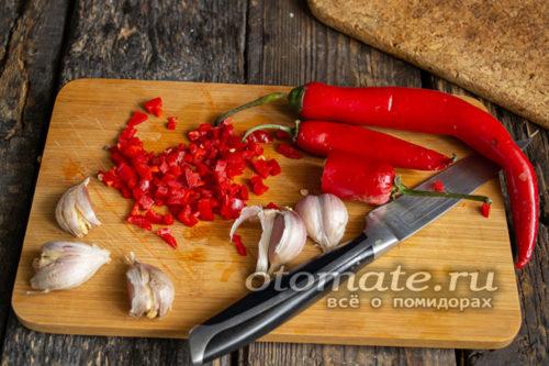 нарезать чеснок и перец чили
