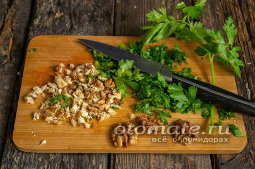 нарубить орехи и зелень
