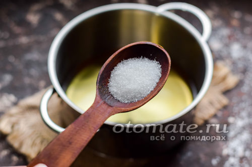 добавить сахар в кастрюлю