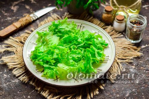 на тарелку выложить салатные листья