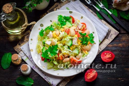 салат с курицей, фасолью, кукурузой и овощами готов