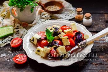 салат из помидоров и моцареллы с базиликом