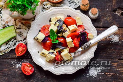 салат из помидоров и моцареллы готов