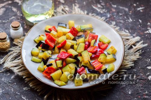 переложить овощи на тарелку