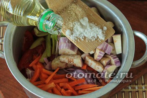 соединить овощи, добавить соль и масло