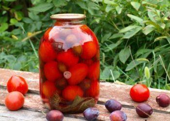 Сливы с томатами в банке
