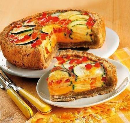 Пирог из овощей на тарелке