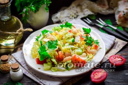 салат с курицей, фасолью, овощами