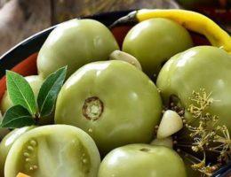 тарелка с зелеными помидорами